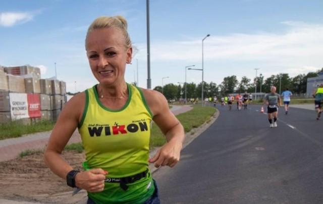 Marta Kowalewska z Nowej Soli morsuje, biega, ćwiczy pole dance, chodzi z kijkami.