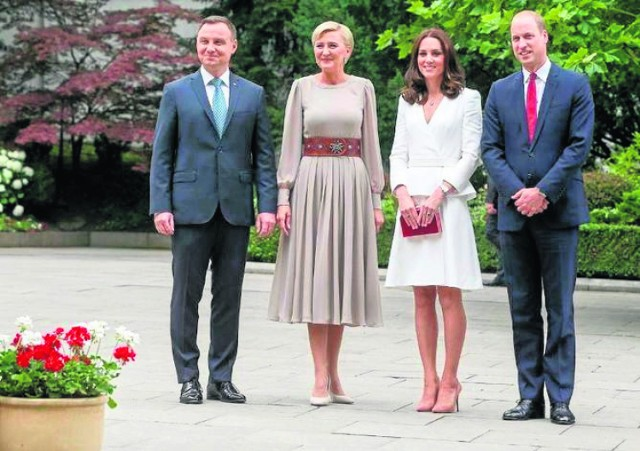 Agata Duda witała w warszawskich Łazienkach księcia Williama z małżonką przepasana góralskim pasem