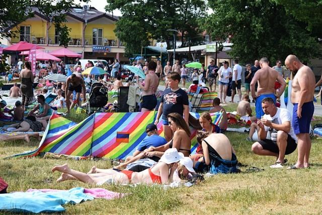 Tłumy nad Jeziorem Białym. Rozpoczął się sezon