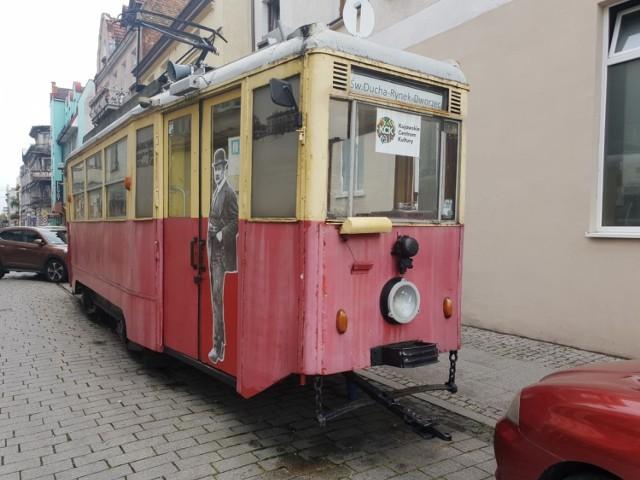 Na zdjęciach tramwaj w Inowrocławiu przed i po remoncie