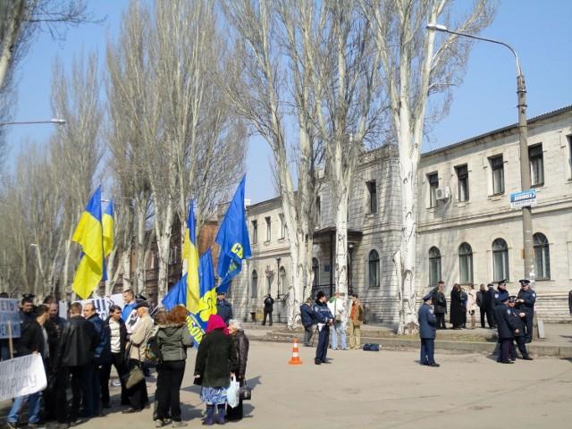 Pikieta zwolenników partii Svoboda przed sądem.