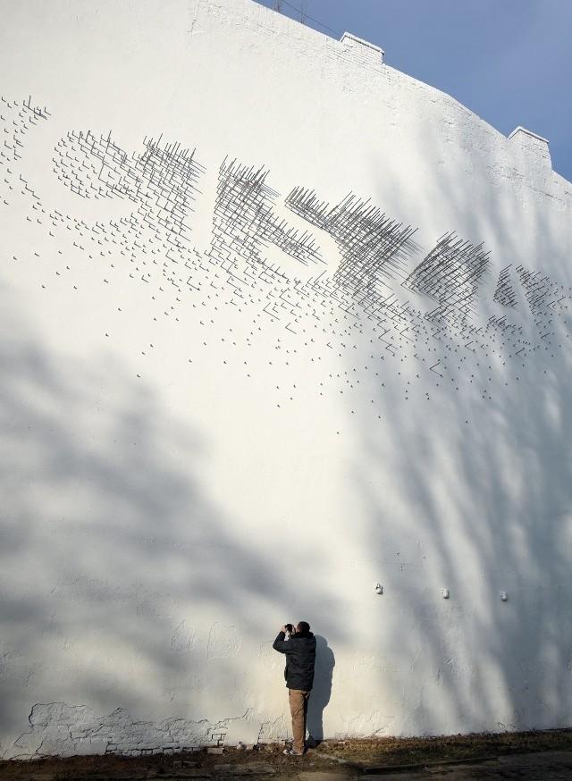 Przy ulicy Wólczańskiej powstała instalacja z prętów. Autor : Łukasz Berger