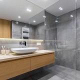 Szare płytki w nowoczesnych aranżacjach łazienek. Nie bójcie się minimalizmu!