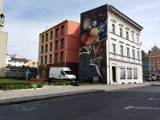 Żagański Rynek z cudownym muralem i bez dziury w ziemi. Sprawdź, jak wyglądał wcześniej dzisiejszy skwer imienia ks. Władysława Kulki