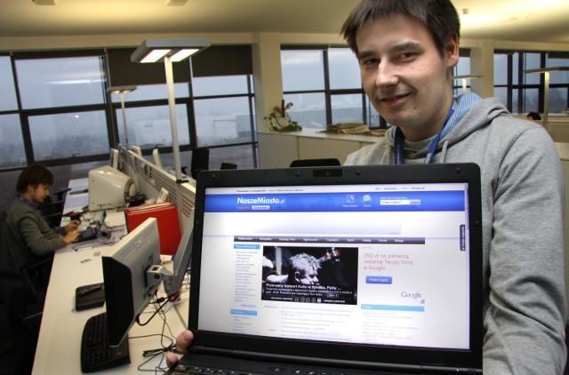Redaktor Łukasz Malina pokazuje zmienioną stronę główną serwisu