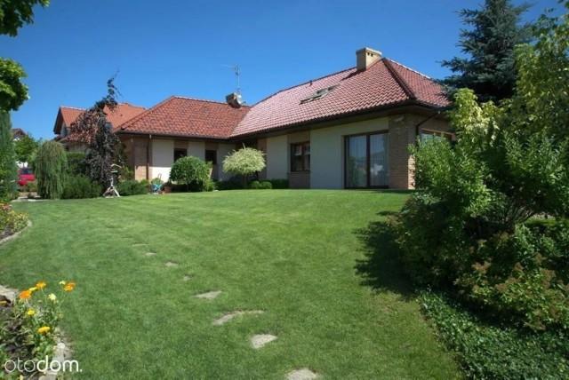 W galerii znajdziecie oferty najdroższych domów i kamienic wystawionych na sprzedaż w Toruniu i okolicach. Dane i zdjęcia pochodzą z serwisu Otodom.