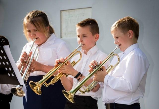 Młodzi muzycy zaprezentowali swoje umiejętności podczas koncertu przed budynkiem szkoły