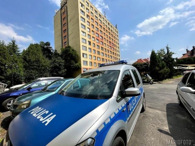 Policjanci i prokurator w akademiku Kmicic w Opolu. Nie żyje 21-letnia kobieta.