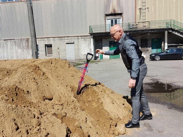 """W czwartek 10 czerwca rozpoczęła się budowa boisk typu """"Orlik"""", przy Zespole Szkół Mistrzostwa Sportowego w Chorzowie. Zobacz, kto wziął udział w oficjalnym """"wbiciu łopaty"""" przy szkole."""