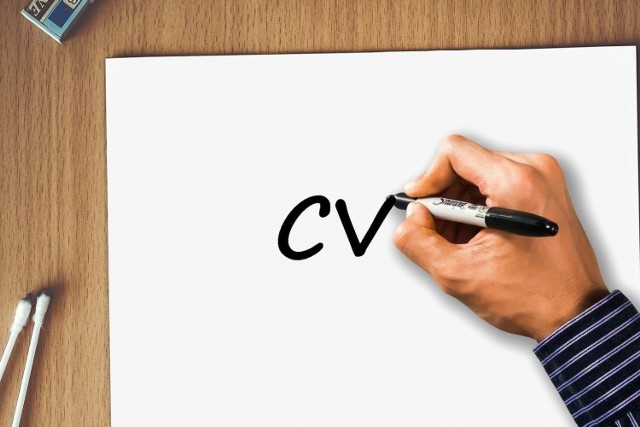 W internecie nie brakuje wzorów i kreatorów CV, ale rekruterzy nie lubią dostawać identycznych szablonów. Curriculum vitae powinno być przejrzyste, a także musi wyróżniać się na tle dokumentów innych kandydatów.    Przeanalizowaliśmy krok po kroku, co powinno zawierać dobrze skonstruowane CV.
