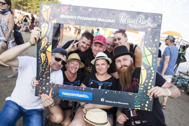 Festiwal Pol'and'Rock 2018. Na tym zdjęciu mamy przewagę kapeluszy nad bejsbolówkami. Brodacz ma czarny melonik, a kobiety kapelusze typu trilby