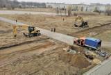 Kraków. Ruszyła budowa drogi technologicznej do Cogiteonu. Ciężki sprzęt wjechał na Błonia Czyżyńskie [ZDJĘCIA]