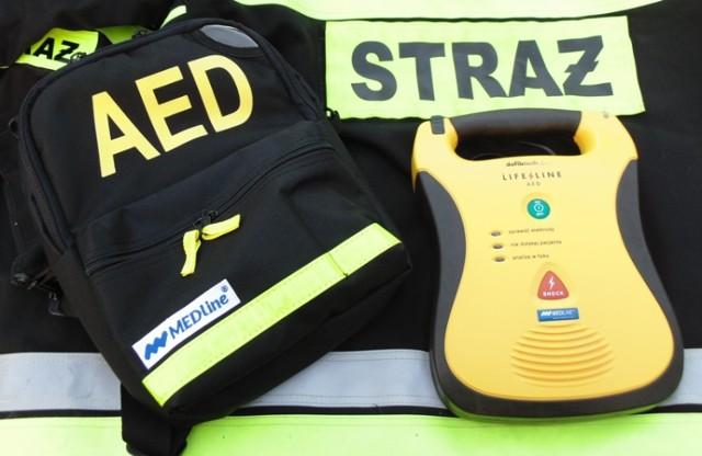 """OSP Mokra Lewa ma defibrylator, zakupiony dzięki pomocy fundacji PKO BP """"Przedłużyć to co najcenniejsze. Do zakupu urządzenia ratującego ludzkie życie przyczynili się także sponsorzy."""
