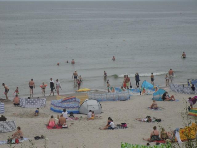 W minioną niedzielę (2.08) turyści chętnie odpoczywali na plaży i spacerowali po usteckich deptakach. Nie straszna im była niestabilna pogoda i chmury na niebie. Zobaczcie zdjęcia!