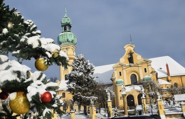 Tychy zimą - kościół św. Marii Magdaleny, rynek i przyległe uliczki