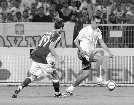 Ireneusz Jeleń (z prawej) jeszcze pięć lat temu występował w reprezentacji podokręgu skoczowskiego. Dziś gra w reprezentacji Polski i we francuskim Auxerre.