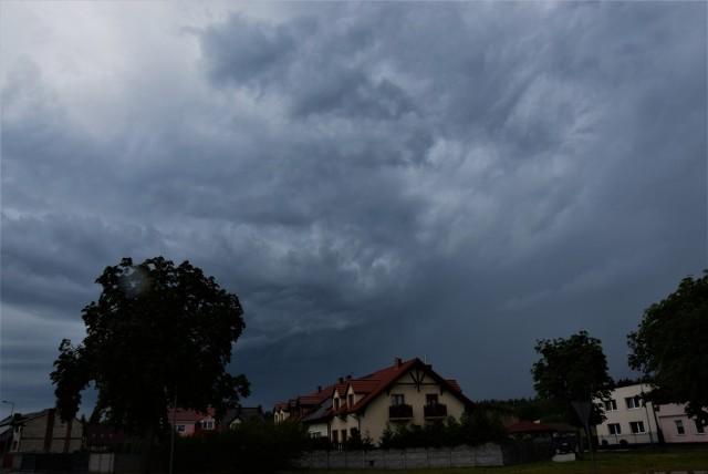 W poniedziałek (17 sierpnia) na Kujawach i Pomorzu możemy trochę odpocząć od upałów. Temperatura rzeczywiście jest niższa. Pojawiły się za to burze i ulewne deszcze.