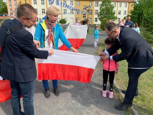 Tak wyglądała majówka w Krośnie Odrzańskim w zeszłym roku. Podobnie jak co roku, odbiła się próba bicia lokalnego rekordu długości flagi narodowej.