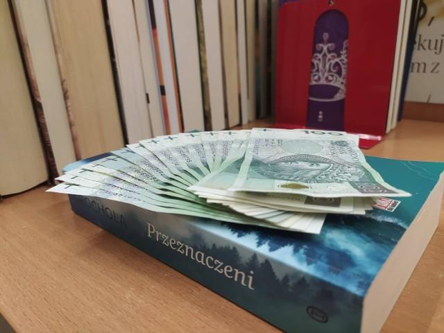 Biblioteka w Kaliszu. Spora kwota znaleziona pomiędzy kartkami książki