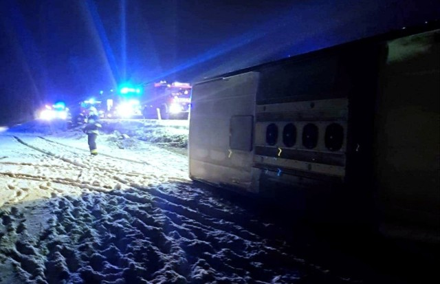 Wypadek pod Wrocławiem. Autobus z pracownikami Amazona przewrócił się na bok