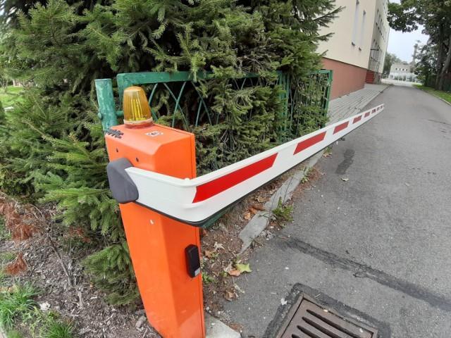 Uszkodzony szlaban ośrodka egzaminacyjnego na prawo jazdy w Szczecinku