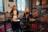 Leszno. Rockozaur TV, to ciekawy projekt muzyczny skierowany do dzieci. Współtworzy go ksiądz Konrad Rapior. Kanał dostępny jest na YouTube