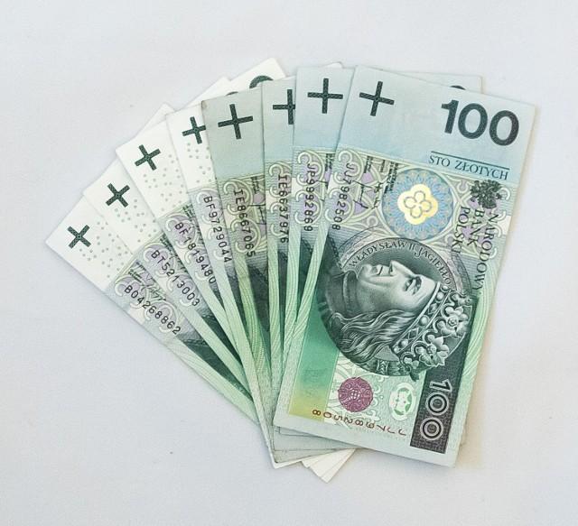 Jak donosi fakt.pl, Ministerstwo Rodziny i Pracy chce, aby dzieci, które umieszczane są w rodzinach zastępczych dostawały tylko po 400 złotych, a nie jak dotąd – 500 złotych. Zabrane 100 złotych trafiać miałoby na specjalne konto, a zebrane na nim pieniądze wypłacane byłyby dziecku, kiedy stanie się ono pełnoletnie.