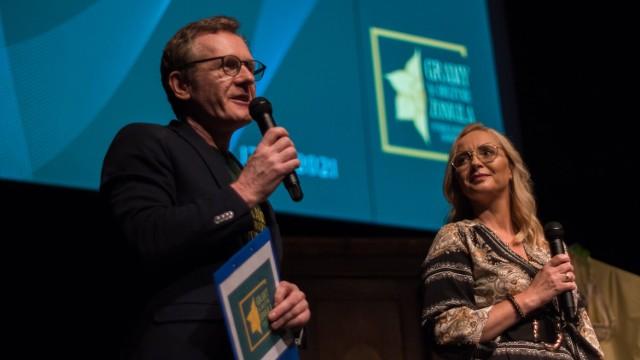 Galę poprowadziła Aleksandra Glińska, prezes Fundacji Hospicjum Głogowskie, w towarzystwie Romana Jarzyny, działacza fundacji i wielkiego aktywisty na rzecz budowy hospicjum
