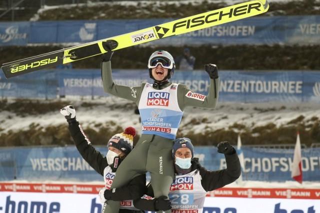 Kamil Stoch do listy swoich sukcesów dopisał trzecie zwycięstwo w Turnieju Czterech Skoczni. Na zdjęciu na rękach Dawida Kubackiego i Piotr Żyły