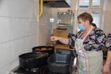 Kobylanka. Panie z zespołu folklorystycznego Polanie dały upust kulinarnym umiejętnościom. Ekspresowo wyrabiały pączki, oponki i faworki