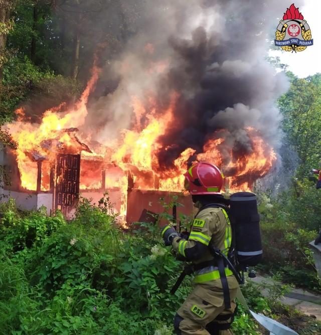 Dwa zastępy strażaków walczyły z pożarem altany przy ulicy Podhalańskiej.