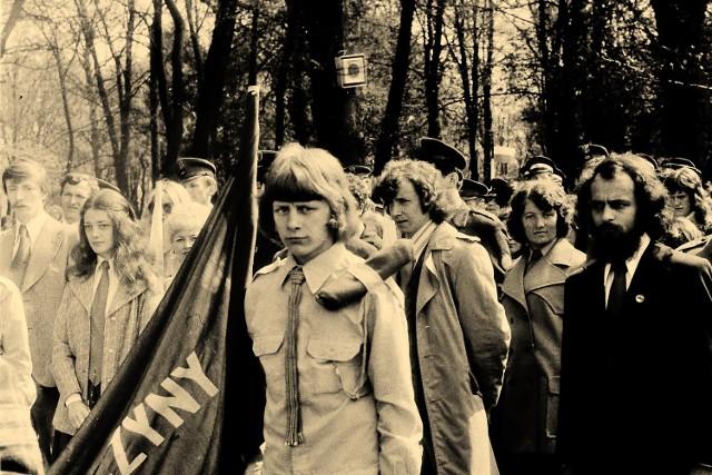 Zdjęcia Stanisława Straszkiewicza z pochodów 1-majowych w Krośnie Odrzańskim (1974-1975).