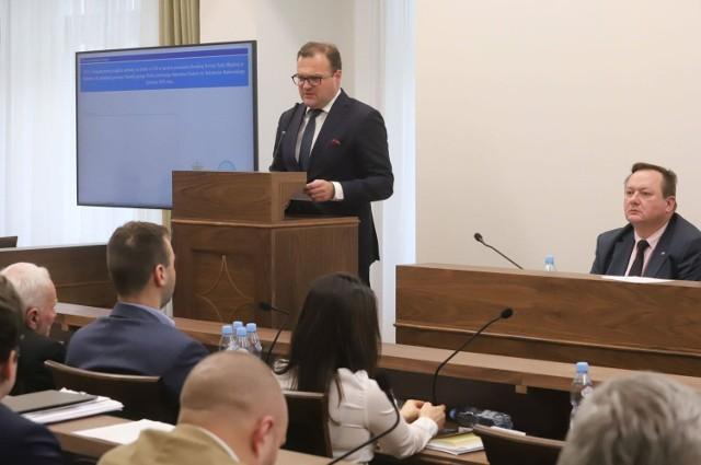 Prezydent Radosław Witkowski (przy mównicy) już po raz trzeci będzie wnioskował o utworzenie Instytutu Miejskiego.