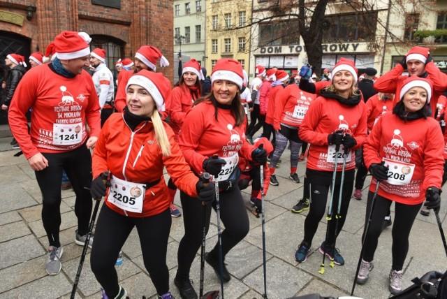 Burza po odwołaniu Półmaratonu Świętych Mikołajów w Toruniu. Zamiast zwrotu wpisowego organizator wszystkie wpłaty przeniósł na wpisowe na bieg wirtualny. Wcześniej miał obiecywać wybór dwóch opcji, a nie wszyscy mają ochotę brać udział w wirtualnej rywalizacji.   Po interwencji władz miasta organizator imprezy tłumaczy, że to tylko nieporozumienie.  Szczegóły >>>   Na następnych zdjęciach kolejne informacje. Aby przejść do galerii, przesuń zdjęcie gestem lub naciśnij strzałkę w prawo.