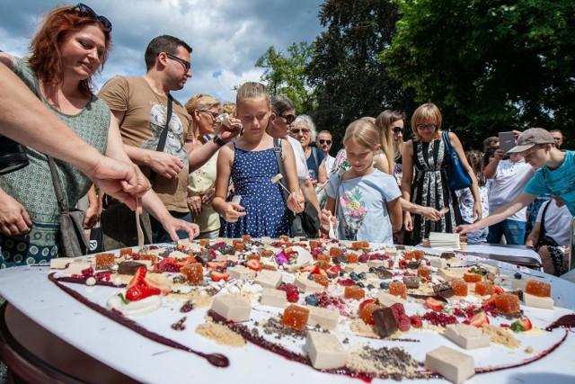 """Jak w każdą drugą niedzielę miesiąca, centrum miasta znowu ożyło. Sklepy na Długiej, Gdańskiej i Dworcowej otwarte były od 11.00 do 15.00. Ofertę handlową poszerzyły jak zwykle stoiska bydgoskiego Frymarku na Gdańskiej. Oprócz tego miasto zamieniło się w plener malarski studentów bydgoskiego UTP na kierunku """"Wystrój Wnętrz"""". Spacerowicze mogli podziwiać prace w trakcie ich tworzenia i w miejscu ich tworzenia m.in. na Długiej czy Zaułku. Uniwersytet Technologiczno-Przyrodniczy pokazał też wystawę prac swoich studentów w różnych lokalizacjach w centrum, a Stary Rynek zamienił się w miejsce ekspozycji - stanęła na nim wystawa współczesnych zdjęć miasta, jak i fotografie starej Bydgoszczy."""