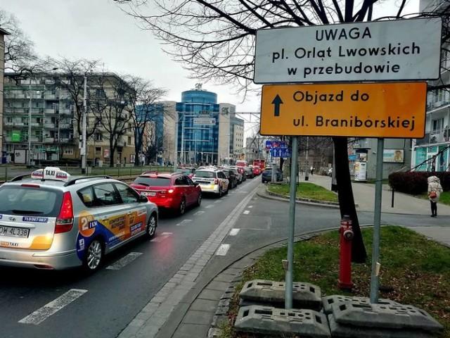 We Wrocławiu trwa obecnie kilkanaście inwestycji drogowych: zarówno remonty i przebudowy dróg oraz ulic, budowa linii tramwajowej na Nowy Dwór czy Popowice.  Sprawdź, gdzie obecnie trwają roboty, jakie są utrudnienia i kiedy się skończą.   Zobacz więcej na kolejnych slajdach ---->