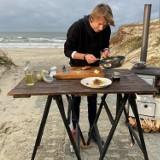 Karol Okrasa łamał przepisy na plaży w Piaskach. Przygotował sandacza z zalewu [ZDJĘCIA]