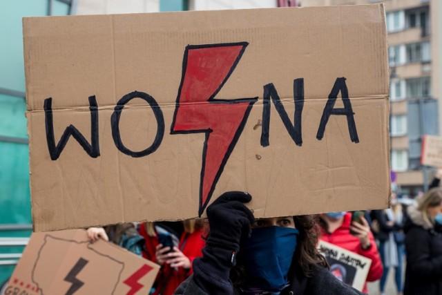 Chcesz się włączyć w strajk kobiet, ale nie chcesz lub nie możesz iść na protest w twoim mieście? Zobacz, jak inaczej możesz włączyć się w działania!