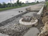 Zdarty asfalt, głębokie wykopy, ciężki sprzęt. Tak wygląda remont drogi, której budowę zakończono początkiem ubiegłego roku [ZDJĘCIA]