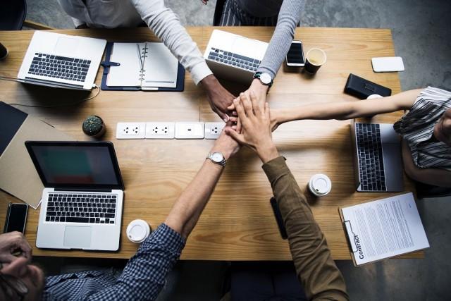 Great Place to Work® uwzględnia w swoich rankingach 58 krajów, w których prowadzi działalność. Aby trafić na listę 25 Najlepszych Międzynarodowych Miejsc Pracy na świecie, firma musi znaleźć się w gronie laureatów na co najmniej pięciu krajowych listach, a także – zatrudniać minimum 5 tys. osób na świecie, z czego przynajmniej 40% poza krajem, w którym znajduje się jej główna siedziba. Dodatkowe punkty można zdobyć za liczbę krajów, w których przeprowadzono ankiety wśród pracowników przedsiębiorstwa oraz za liczbę respondentów z różnych oddziałów spółki. Sprawdź, które firmy wyróżnione w rankingu zatrudniają również w Polsce w naszej galerii zdjęć.  25 Najlepszych Miejsc Pracy na świecie  1. Salesforce (technologie informatyczne) 2. Hilton Worldwide (hotele i restauracje) 3. Mars Inc (wytwarzanie i produkcja) 4. Intuit Inc (technologie informatyczne) 5. The Adecco Group - Usługi profesjonalne 6. DHL (transport) 7. Mercado Libre (technologie informatyczne) 8. Cisco (technologie informatyczne) 9. Daimler Financial Services (usługi finansowe i ubezpieczenia) 10. SAS Institute Inc (technologie informatyczne) 11. National Instruments Corporation (wytwarzanie i produkcja) 12. Stryker (ochrona zdrowia) 13. SAP SE (technologie informatyczne) 14. Hyatt Hotels Corporation (hotele i restauracje) 15. Cadence Design Systems Inc (technologie informatyczne) 16. Abbvie (biotechnologia i farmaceutyki) 17. American Express (usługi finansowe i ubezpieczenia) 18. S.C. Johnson (wytwarzanie i produkcja) 19. EY (usługi profesjonalne) 20. Admiral Group plc (usługi finansowe i ubezpieczenia) 21. 3M (wytwarzanie i produkcja) 22. Belcorp (ochrona zdrowia) 23. Adobe Systems Incorporated (technologie informatyczne) 24. Natura - Wytwarzanie i produkcja 25. Scotiabank - Usługi finansowe i ubezpieczenia  Źródło: greatplacetowork.pl