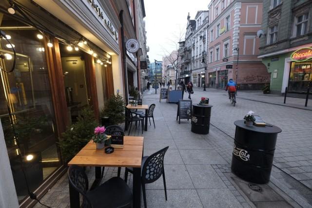 Poznańskie restauracje nie chcą i nie mogą już czekać na decyzje rządu. Otwierają się, a wraz z gośćmi odwiedza je... sanepid.