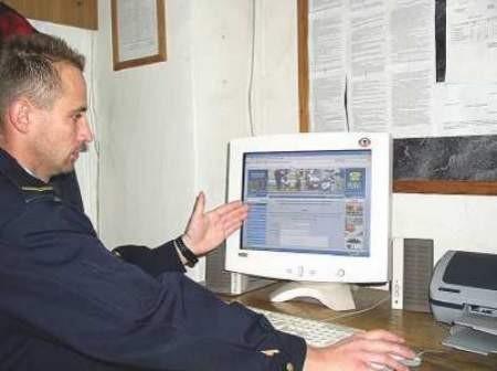 Marek Stec odbiera internetowe zgłoszenia Cieszynian.
