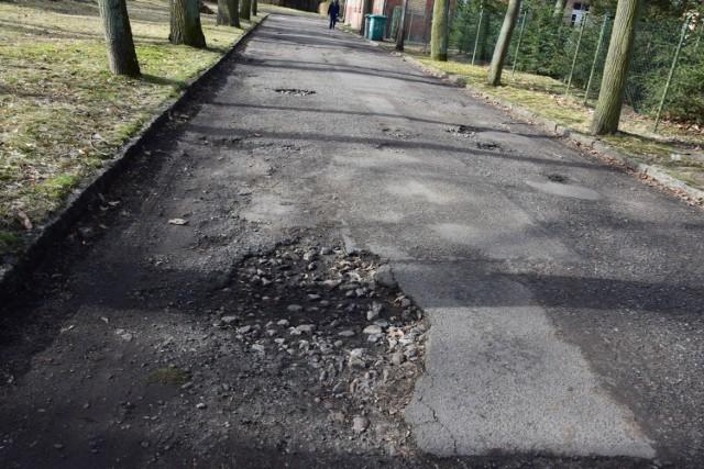 Postępująca dewastacja spowoduje w końcu, że drogi w Obrzycach staną się nieprzejezdne. Potrzebny byłby częściowy zakaz ruchu?