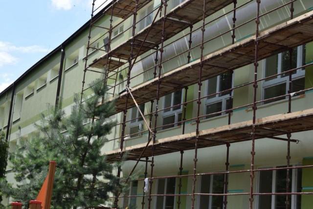 W budynku Szkoły Podstawowej nr 8 trwają prace termomodernizacyjne