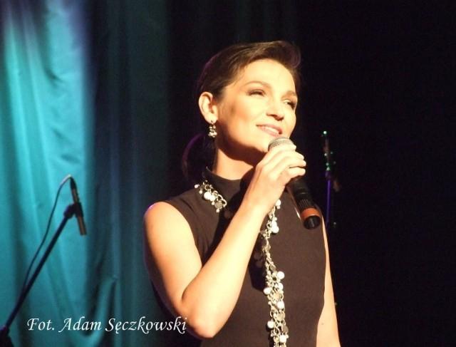 Olga Bończyk podczas koncertu w Muzeum Miasta Łodzi