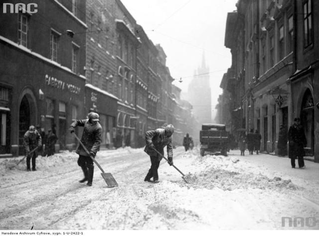 Styczeń 1936. Mężczyźni podczas odśnieżania ulicy Floriańskiej.