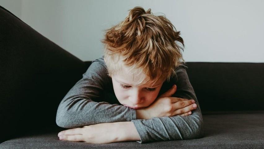 Takie zachowanie może wskazywać, że twoje dziecko jest molestowane. Na co musisz zwrócić uwagę?