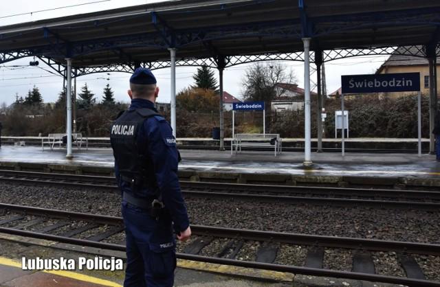 Policjant z Krosna Odrzańskiego uratował mężczyznę, który spadł na torowisko PKP w Świebodzinie.