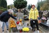 """Trąbki Wielkie Seniorzy z Klubu """"Zawsze Młodzi"""" pamiętają o swoich zmarłych koleżankach i kolegach"""