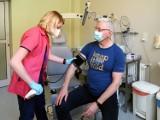 Jacek Jaśkowiak otrzymał szczepionkę firmy AstraZeneca. Prezydent Poznania zaszczepił się jako pracownik uczelni